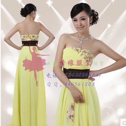 长款淡黄色的礼服