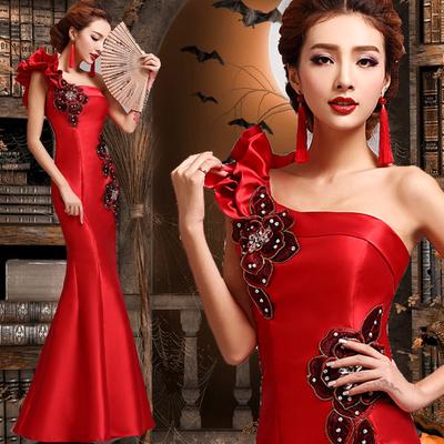 红色的结婚礼服