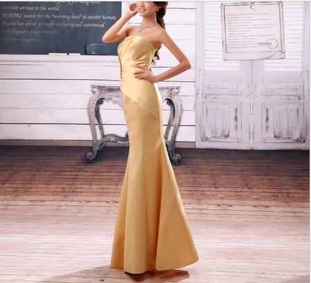 金色的长款抹胸礼服